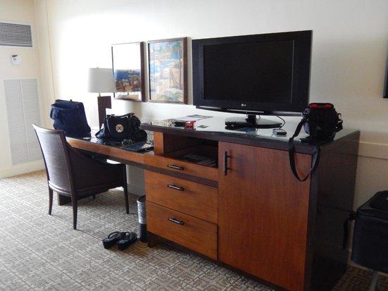 Sheraton Maui Resort & Spa: Desk area in room
