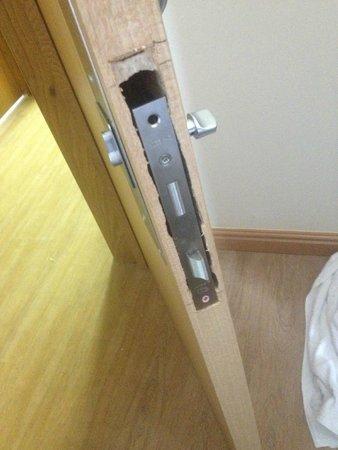 Kings Cross Inn Hotel: Inexpertly Installed Door Lock