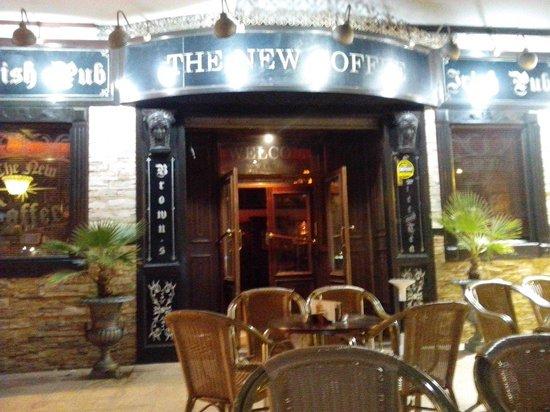The New Coffee Irish Pub: Entrada del local