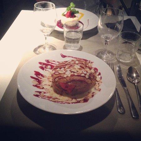 Brasserie La Cantine de Deauville: profiterolle géante // cheesecake fruits rouges