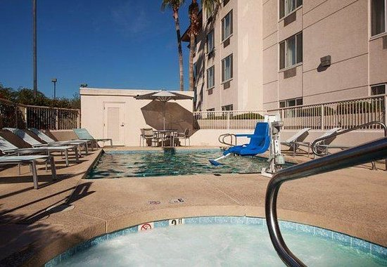 SpringHill Suites Phoenix Glendale/Peoria: Outdoor Pool & Whirlpool