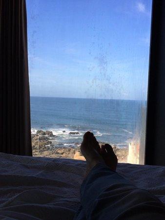 Golden Tulip Porto Gaia Hotel and Spa: Vue panoramique de rêve...allongée sur le lit à contempler la mer : spectacle fabuleux !