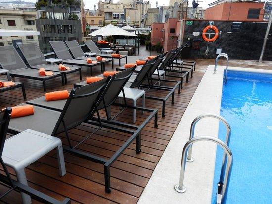 Hotel Jazz: Roof top pool and bar area