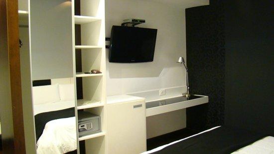 Don  Boutique Hotel: tv com escrivaninha
