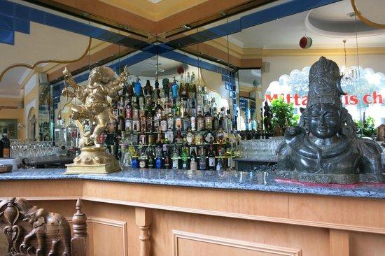 Getr Nke Dekoration Hinter Der Bar Bild Von Dwaraka