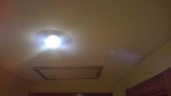Tres Luces Hotel: Techo entrada a la habitación medio suelto