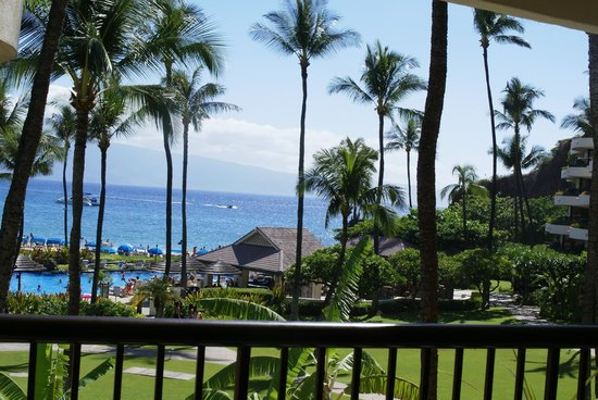 Sheraton Maui Resort & Spa: a view from the balcony lounge close to our rooms