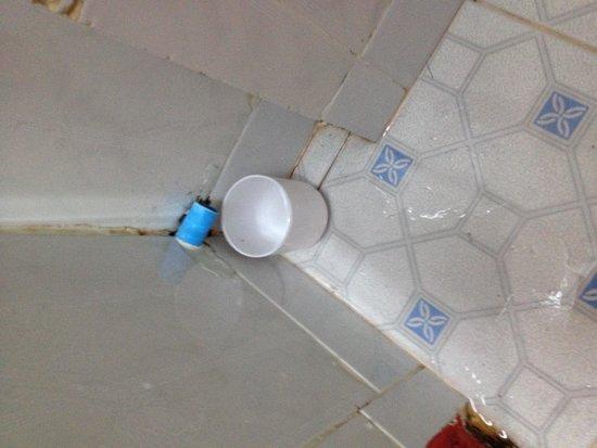 The Mad Monkey Hostel Phnom Penh: Évacuation de la clim dans la salle de bain