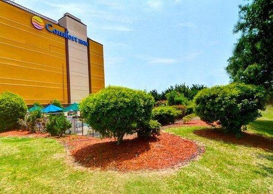 Comfort Inn University: Beautiful Landscaped Entrance