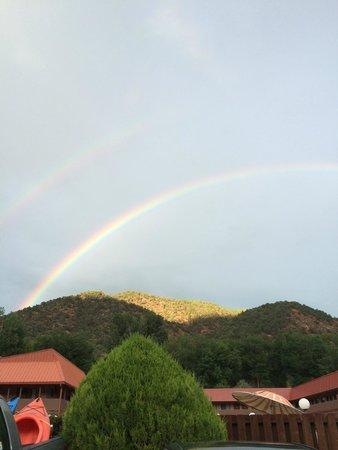Glenwood Springs Cedar Lodge : rainbow over pool