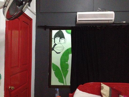 The Mad Monkey Hostel Phnom Penh: Fenêtre donnant sur le couloir