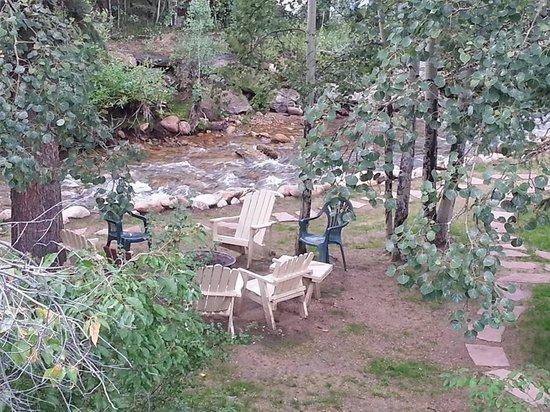 Blackhawk Lodges: Fire pit by the river