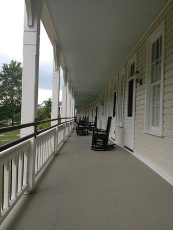 Omni Bedford Springs Resort: Lovely Shared Porch in Anderson House