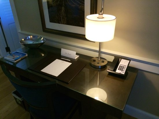 Fess Parker's Wine Country Inn and Spa: Suite 1 - Desk