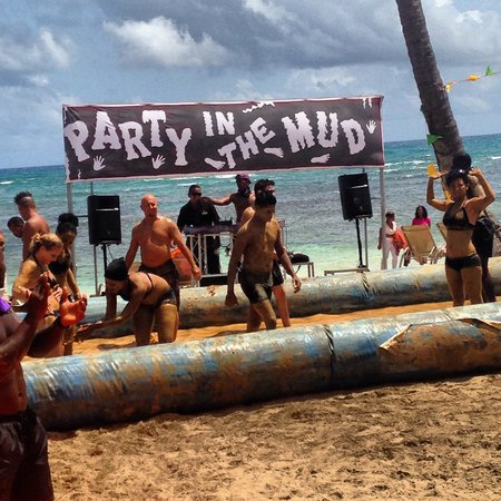 Breathless Punta Cana Resort & Spa : Mud party on beach