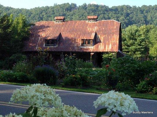 The Mast Farm Inn : The old Barn across the road