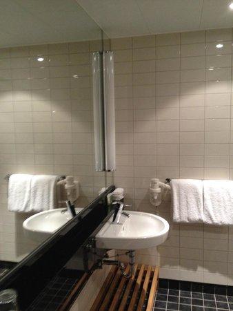 Courtyard Stockholm Kungsholmen: Salle de bain