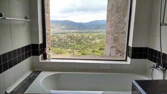 Assos Alarga, Bed and Breakfast: Bathroom with a view