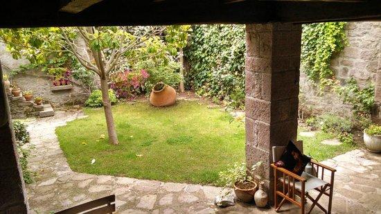 Assos Alarga, Bed and Breakfast: Courtyard