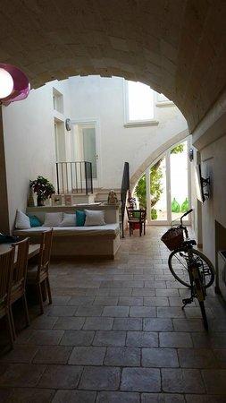 Guest House Salento La Tana del Riccio : La sala da pranzo comune con lucernai e ingresso alle terrazze