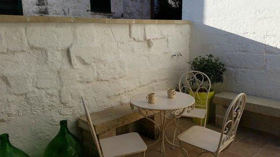 Guest House Salento La Tana del Riccio : Il cortile zen con i tavolini per la colazione all'aperto