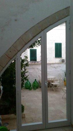 Guest House Salento La Tana del Riccio : la portafinestra di accesso al cortile zen