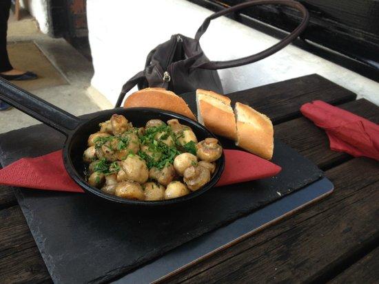 The Plough Inn Restaurant: Garlic Mushrooms with Bread served in a skillett