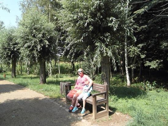 "Louisenhof Ferienapartments und Wellness : В парке ""Людки"" (это типа гномы такие)"