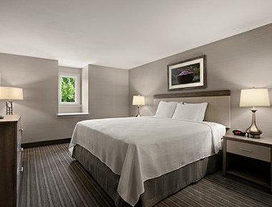 Comfort Inn Williamsburg Gateway : 1 King Bed Suite