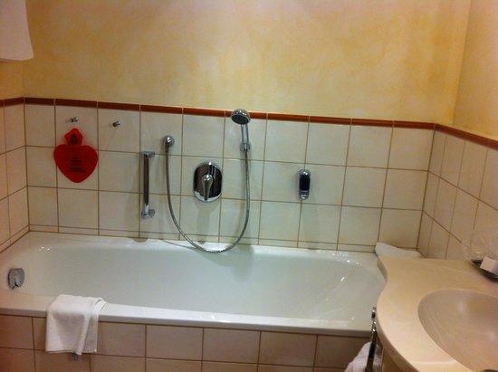 Hotel Die Post: Bagno suite familiare