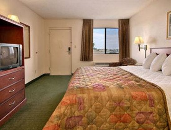 Days Inn Mesa East: King Bed Room with Wet Bar