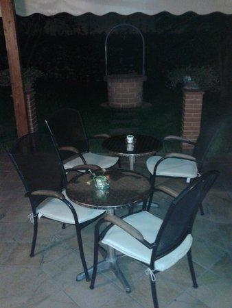 Hotel Villa Primavera: Resort : Piccolo giardino interno con veranda