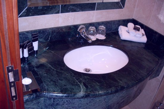 Killarney Towers Hotel & Leisure Centre: Marble sink counter