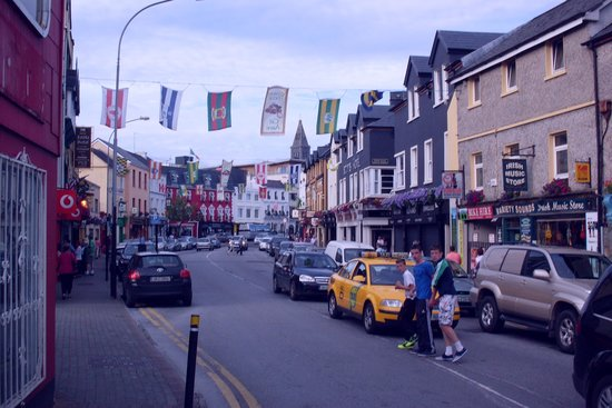 Killarney Towers Hotel & Leisure Centre: View of the street