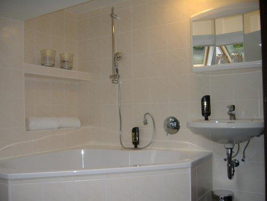 badezimmer mit nische und wanne bild von hotel gundl alm schliersee tripadvisor. Black Bedroom Furniture Sets. Home Design Ideas