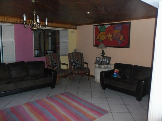 Liziwe's Guest House & Tours: Living room between reception and the dining room