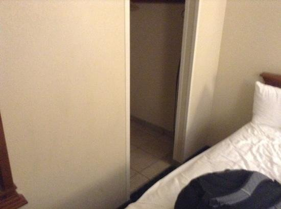 BEST WESTERN Poway/San Diego Hotel: not much room between bathroom door and bed