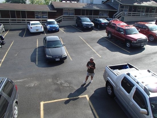 Boardwalk Motel: parking lot - quite a hill