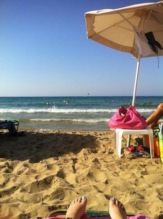 Stefania Apartments: beach across the road