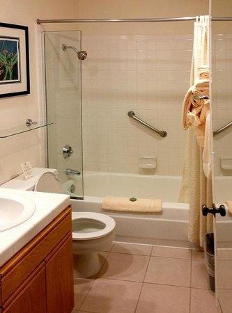 Inn At Spanish Head: Bathroom