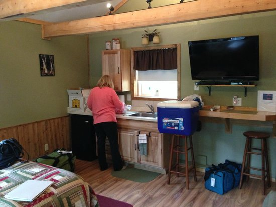 Talkeetna Chalet: Nice, generous bath w/large glass shower to right