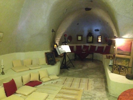 Heliotopos Hotel: Cave bar, with cool interior