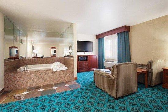 Holiday Inn Express Mesa Verde-Cortez: Hot Tub Suite!