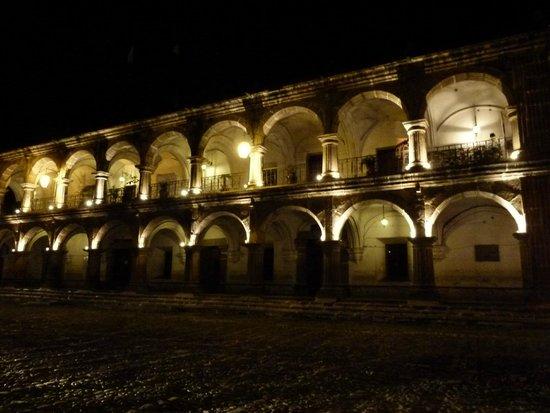 Palacio de los Capitanes Generales: De noche , asi es su aspecto