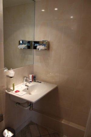 Hotel Touraine Opera : The bathroom