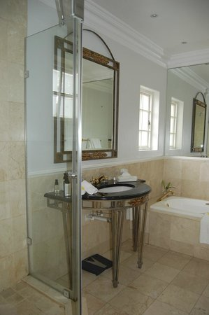 The Clarendon Fresnaye: Bathroom