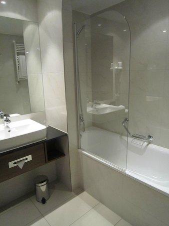 Melia Luxembourg: Badewanne und Dusche