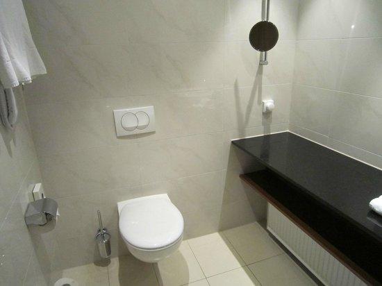 Melia Luxembourg: Toilette, Kosmetikspiegel