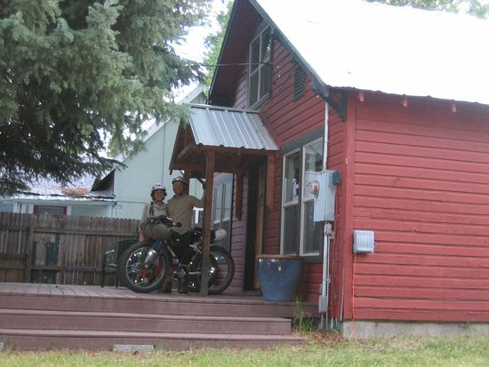The HUB Mountain House: Relative luxury at The Cabin on a mountain bike camping trip!