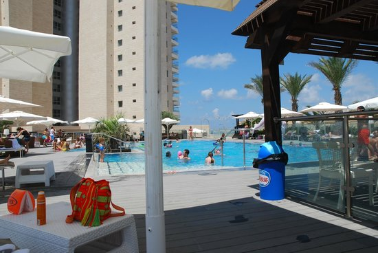 Ramada Hotel and Suites Netanya: pool with hotel in background